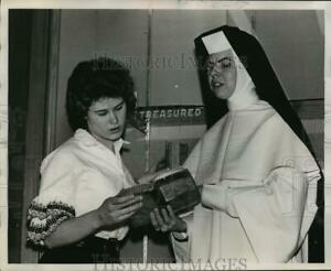 1952 Press Photo A nun teaching a student about the bible