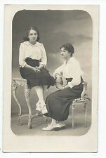 BM664 Carte Photo vintage card RPPC Femme assis sur chaise et table mode fashion