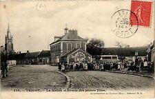 CPA Tricot - La Mairie et l'ecole des jeunes filles (259638)