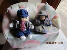 porte mouchoirs papier dans mini canapé et 2 poupées
