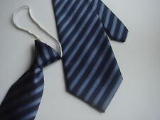 cravate homme rayée bleu marine et gris perle nouée avec élastique