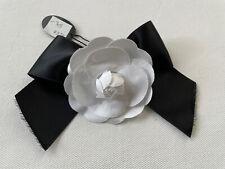Brosche Anstecknadel Stoff Schleife Blüte weiß schwarz NEU