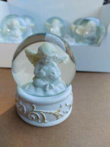 Schneekugel  Engel mit Herz in der Hand aus Glas und Polyresin NEU Messeware