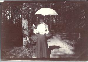 Une demoiselle et son ombrelle Vintage silver print Tirage argentique  6x8
