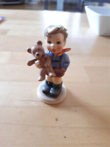Goebel Figur Junge mit Bär