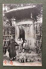 CPA. ANNAM. HUÉ. Femme et Enfants à l'entrée de leur habitation.