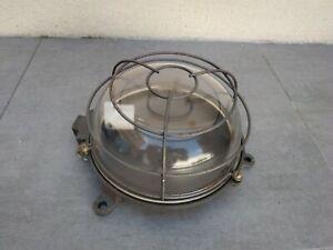 ANCIENNE LAMPE DE COUR EN FONTE ÉTANCHE  hublot