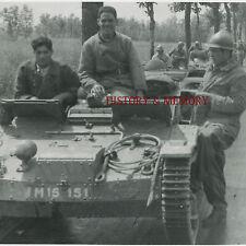 PHOTO WW2 1940 PRISONNIERS POWs TANKETTE PANZER RENAULT UE CASQUE TANKISTE TRACK