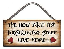 SHABBY CHIC FUNNY WOODEN SIGN THE DOG AND IT'S STAFF LIVE HERE GIFT PRESENT 94