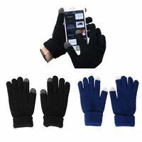 hommes les femmes les doigts des mitaines touchez l'écran des gants de laine en