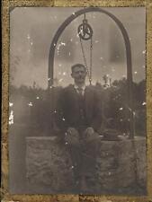 snapshot homme assis sur la margelle d'un puits vers 1890-1900 photo vintage