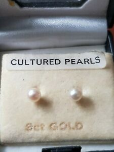 Small Pair Of 9ct Gold & Cultured Pearl Stud Earrings Excellent condition