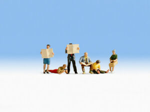 HO Scale people - 15575 - People reading