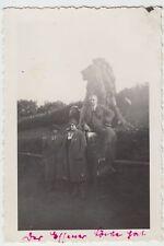 (F18082) Orig. Foto Essen, Personen an einer Löwenstatue 1930er