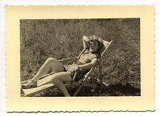 Jeune femme chaise longue transat - photo ancienne an. 1950