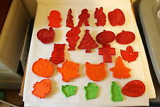VINTAGE LOT OF 20 PLASTIC COOKIE CUTTERS HALLOWEEN EASTER XMAS THANKSGIVING PIG