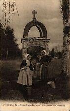 CPA   Jeunes filles de la Vraie-Croix (Locminé) -Causerie á la fontaine (458280)