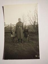 Soldat in Uniform & 2 kleine Kinder - Mädchen und Junge in Latzhose / Foto