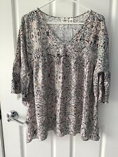Womens Cato Sz.18/20 Vneck, 3/4 Length Bell Sleeve Beautiful Top Grays And Pinks