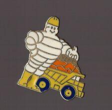 Pin's bonhomme / Bibendum Michelin camion chantier (EGF signé Fraisse)