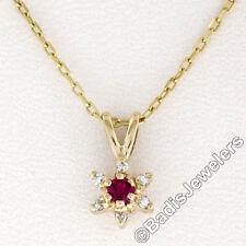 Petite 14K Oro Amarillo 0.10 Quilates Rubí y Diamante Flor Colgante Rácimo &