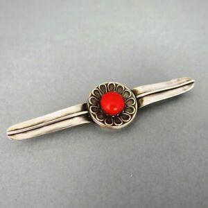 Schöne Stab Brosche in Silber mit einem großen roten Korallencabochon