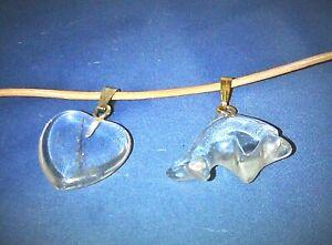 Bergkristall  als Delfin und Herz, zwei Anhänger- ein Preis- mit Lederband
