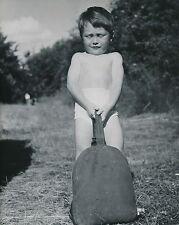 """ENFANT c. 1950 - Jeune Garçon tirant un """"Sac- Gourde""""  - DIV 5200"""