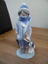Lladro Figura #5220, Invierno. Niño Vestido para invierno con su perro