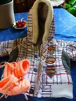 lot 3/6mois ou gros poupon  veste capuche et chaussons tricotés laine =a saisir