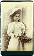 PHOTO CDV une petite fille pose en extérieur mode fashion 1900