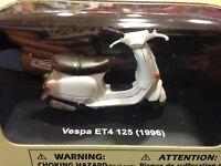 MAQUETA COLECCION VESPA ET4 125 (1996) 1:32 NEWRAY 06043