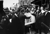 OLD PHOTO President Nixon Inspect A Plan For Urban Renewal Of A Ghetto Area