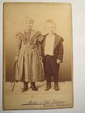 Linden - 2 Kinder mit Spielzeug - Reifen - Mädchen & Junge - Portrait / KAB