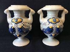 Italie Savone paire de vases en faïence décor floral personnage anonyme XVIII e