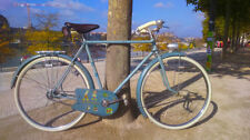 Vélos bleus avec des freins à patins