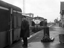 PHOTO  1976 CIE 141 CLASS DIESEL LOCOMOTIVE B164 WAITING FOR THE TRAIN A GUARD W