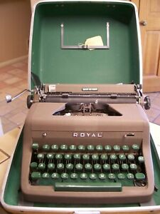 Vintage ROYAL Quiet De Luxe TYPEWRITER Green Keys with Case TESTED WORKS GREAT