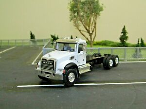 dcp/greenlight white Mack Granite cab&chassis truck 3 axle 1/64..