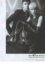 PUBLICITE  ADVERTISING 2008  BURBERRY AGYNESS DEYN porte un sac maroquinerie
