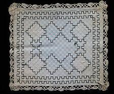 ANCIEN NAPPERON CARRE BRODE NOIR ET BLANC / 41 cm au carré
