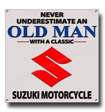 Never Underestimate an Old Man mit Klassisch Suzuki Motorrad Metall Schild