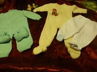 0-6mois bébé ou poupon ,grenouilléres ,chaussons ,pantalons  tricotés laine