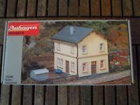 Auhagen 10349 Bausatz Bahnmeisterei + Blech-und Holzschuppen H0 Bausatz in OVP