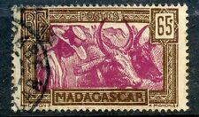 TIMBRE DE MADAGASCAR N° 172 OBLITERE PAYSAN MALGACHE AVEC SES BOEUFS