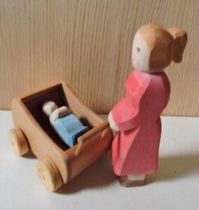 Puppenwagen Kinderwagen Puppenstube Puppenhaus mit Mutter und Baby von Ostheimer