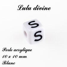 Perle acrylique alphabétique de 10 x 10 mm, Blanc : Lettre S (Lot de 10 perles)