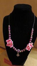 Halskette, lila Perlen, rosa Blüten, Anhänger lila Schmetterling, Handarbeit
