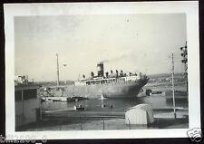 13 . Port-de-Bouc . photo ancienne de 1946. Paquebot. bateau . cargo .