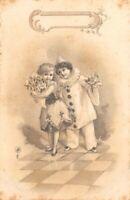 CPA fantaisie - PIERROT ET SA COLOMBINE portant un bouquet de fleurs